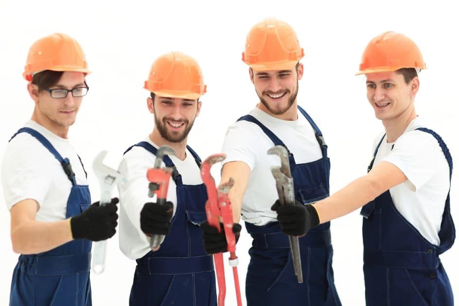 Equipe d'entrepreneur en plomberie